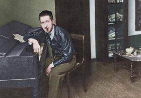 Prinzip Apfelbaum - Magazin über das, was bleibt. Ausgabe 1: Glück - Zitat: Der junge Bertolt Brecht sitzt Zigarre rauchend am Klavier in seiner Wohnung in der Berliner Spichernstraße.