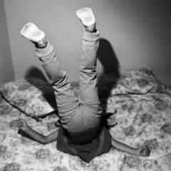 Prinzip Apfelbaum. Magazin über das, was bleibt. Ausgabe 2: FAMILIE. Ein Kind turnt, die Füße in die Luft, den Kopf in den Kissen, auf seinem mit Blumenmuster bezogenem Bett herum. Familie, das bedeutet sich freuen, wetteifern, streiten, versöhnen. Thema unserer nächsten Ausgabe ab März 2018. Foto: Paolo Pellegrin / Magnum Photos / Agentur Focus