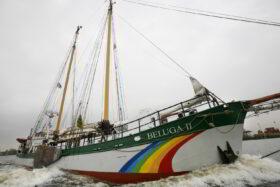 Ein Erbe für den guten Zweck: Der Motosegler Beluga II auf hoher See. Foto: Daniel Müller / Greenpeace