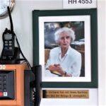 Ein Erbe für den guten Zweck: Ein Foto der Erblasserin Ilse Vormann auf der Kommandobrücke des Motorseglers Beluga II. Darunter eine Gedenktafel mit der Inschrift: