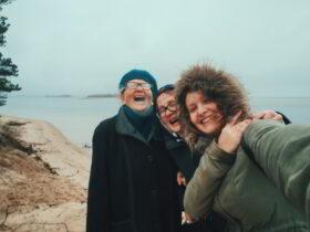 Wie Großeltern Werte weitergeben: Selfie von Enkelin, Mutter und Großmutter in warmer Kleidung am Strand, alle lachen. Drei Generationen teilen Erfahrungen, Wissen und Freude. Großeltern bauen eine Brücke zwischen Vergangenheit und Zukunft. In Prinzip Apfelbaum. Magazin über das, was bleibt. Foto: j.medvedeva via Twenty20