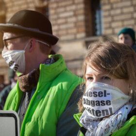 """Das tut gut: Eine Demonstrantin mit Mundschutz darauf der Schriftzug """"Dieselabgase töten"""". Die Deutsche Umwelthilfe kämpft für saubere Luft und konnte ein Grundsatzurteil vor dem Bundesverwaltungsgericht erwirken. Die DUH ist Mitglied der Initiative"""