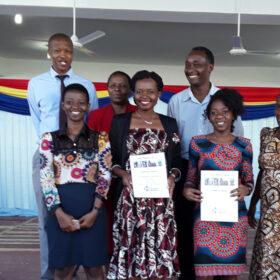 Das tut gut: Gruppenbild mit den tansanischen Pharmaziestudentinnen Wema Kibanga und Catherine Shirima, ausgezeichnet mit dem Gedächtnispreis aus dem Felix Wiemes-Stiftungsfonds, der unter dem Dach der action medeor-Stiftung geführt wird und der Förderung der pharmazeutischen Kompetenz in Tansania dient. action medeor ist Mitglied der Initiative
