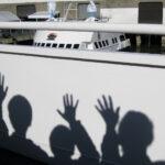 Erinnern und vom Leben erzählen: Schatten winkender Menschen auf einer weißen Reling, dahinter Umrisse eines Kreuzfahrtschiffes. Symbolbild für den Nachruf. Das Erinnern und Erzählen hilft Trauernden beim Abschiednehmen. In: Prinzip Apfelbaum. Magazin über das, was bleibt. Foto: mylove4art via Twenty20