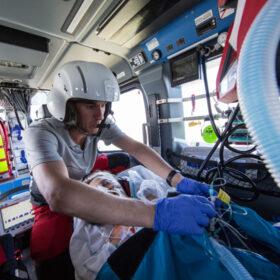 Das tut gut: Ein Notarzt der DRF Luftrettung versorgt einen Notfallpatienten in einem Rettungshubschrauber. Im Notfall entscheidet die optimale Beatmung. Die DRF Luftrettung ist Mitglied der Initiative