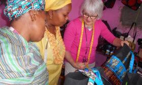 Gutes tun im Ruhestand: Die ehemalige Berufsschullehrerin Christa Naujacks bringt kenianischen Frauen das Schneiderhandwerk bei. Wer ein Ehrenamt übernehmen engagieren möchte, sollte vorab rechtliche, organisatorische und finanzielle Fragen klären. In: Prinzip Apfelbaum. Magazin über das, was bleibt. Foto: SES Bonn