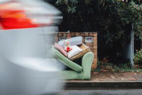 Gutes tun steckt an: Sperrmüll auf Berlins Straßen. Stellt einer den Müll raus, folgen bald andere. Moral ist ansteckend. Gefragt sind gute Vorbilder. Gutes tut, wem Gutes widerfährt. In: Prinzip Apfelbaum. Magazin über das, was bleibt. Foto: Ben Neale/Unsplash