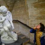 Gutes tun steckt an: Ein kleiner Junge imitiert eine Engelsstatue, beide führen den Zeigefinger zum Mund. Symbolbild: Gutes tut, wem Gutes widerfährt. Moral ist ansteckend. Dazu braucht es Vorbilder. In: Prinzip Apfelbaum. Magazin über das, was bleibt. Foto: Magellan via Twenty20