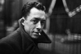Prinzip Apfelbaum - Magazin über das, was bleibt. AusgabeEhrensache - Zitat: Schwarzweiß-Porträt des Schriftstellers Albert Camus. Foto: Wikipedia Commons CC-BY-SA-4.0