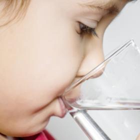 Das tut gut: Nahaufnahme eines Kindes, das aus einem Glas Wasser trinkt. Zu viel Nitrat im Boden gefährdet das Trinkwasser. Die Deutsche Umwelthilfe klagt für sauberes Wasser. Sie ist Mitglied der Initiative