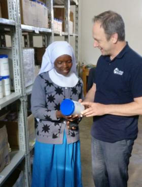 Das tut gut: Im ländlichen Tansania macht action medeor Medikamente zugänglich. Vorstand Christoph Bonsmann zeigt Schwester Sophia das neue Medikamentenlager in Makambako. medeor ist Mitglied der Initiative