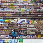 Gut entscheiden: Eine Frau steht vor vollen Supermarktregalen, Draufsicht. Symbolbild: Unzählige Entscheidungen treffen wir jeden Tag. Für eine gute Entscheidung braucht es Verstand und Intuition, Bauch und Kopf. In: Prinzip Apfelbaum. Magazin über das, was bleibt. Foto: Bernard Hermant/Unsplash