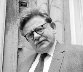 Zitat: Schwarzweiß-Porträt des Schriftstellers Elias Canetti. Prinzip Apfelbaum – Magazin über das, was bleibt. Ausgabe: Entscheiden. Foto: picture alliance / IMAGNO/Otto Breicha