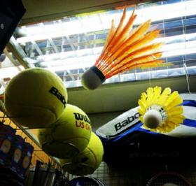 Gut entscheiden: Tennisbälle und Federbälle in einer Auslage. Intuition ist wie Tennisspielen: Man wird nicht besser, wenn man darüber nachdenkt. Die Kunst der guten Entscheidung. In: Prinzip Apfelbaum. Magazin über das, was bleibt. Foto: amuyo_tomoko/Twenty20