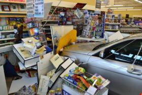 Gut entscheiden: Ein Auto inmitten eines Supermarkt. Nach dem 11. September stieg die Zahl der Autounfälle in den USA. Angst und andere starke Gefühle führen die Intuition in die Irre. Die Kunst der guten Entscheidung. In: Prinzip Apfelbaum. Magazin über das, was bleibt. Foto: picture alliance