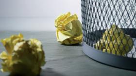 Den Letzten Willen ändern: Zerknülltes Papier in einem Papierkorb. Symbolbild: Ein einmal verfasstes Testament lässt sich ändern, widerrufen oder ergänzen. Ein Anwalt gibt Rat. In: Prinzip Apfelbaum. Magazin über das, was bleibt. Foto: Steve Johnsons/Unsplash