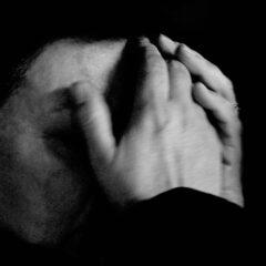 Prinzip Apfelbaum. Magazin über das, was bleibt. Ausgabe 6: TRAUER. Schwarzweiß-Nahaufnahme einer schwarz-gekleideten Frau, die im Schmerz ihre Hände vor das Gesicht schlägt. Sie trauert um den verstorbenen Papst Johannes Paul II. Foto: Paolo Pellegrin / Magnum Photos / Agentur Focus