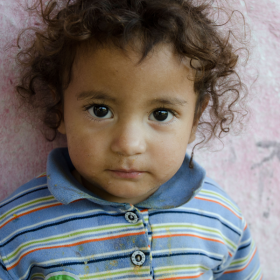 Das tut gut: Porträt eines Waisenmädchens. Eins von 17 Kindern aus einem ausgebrannten Waisenhaus bei Athen, die ein dauerhaftes Zuhause brauchen. SOS-Kinderdörfer hilft. SOS ist Mitglied der Initiative