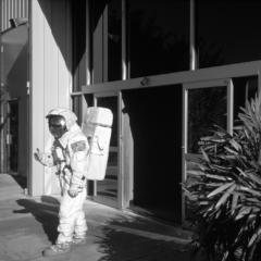 Prinzip Apfelbaum. Magazin über das, was bleibt. Ausgabe 7: ZUKUNFT. Schwarzweiß-Aufnahme eines Astronauten, 1989 in Cape Canerveral, USA, die Hand zum Abschied ausgestreckt. Foto: © alex webb / Magnum Photos / Agentur Focus