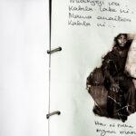 Erinnerung gestalten: Eine Doppelseite eines Memory Book mit Notizen und einem eingeklebten Hochzeitsfoto. In Uganda schaffen aidskranke Eltern damit Erinnerungen, die ihren Kindern später Halt geben sollen. Erinnerungen helfen beim Trauern. In: Prinzip Apfelbaum. Magazin über das, was bleibt. Foto: Álvaro Laiz und David Rengel