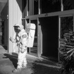 Prinzip Apfelbaum. Magazin über das, was bleibt. Ausgabe 7: ZUKUNFT. Schwarzweiß-Aufnahme eines Astronauten, 1989 in Cape Canerveral, USA, die Hand zum Abschied ausgestreckt. Nach uns: Die Zukunft. Foto: © alex webb / Magnum Photos / Agentur Focus