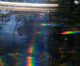 Zuversicht: Foto aus fahrendem Wagen, Landschaft in Bewegungsunschärfe. Symbolbild: Bewegung ist ein Weg, um Zuversicht zu entwickeln. – In: Prinzip Apfelbaum. Magazin über das, was bleibt. Foto: Timmitom / photocase.de