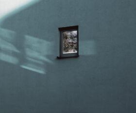Zuversicht: Blaugraue Hauswand, darin ein kleines Fenster. Symbolbild: Stimmungen hängen davon ab, wie wir Veränderung wahrnehmen. Zuversicht gewinnt, wer Schwierigkeiten standhält. – In: Prinzip Apfelbaum. Magazin über das, was bleibt. Foto: owik2 / photocase.de