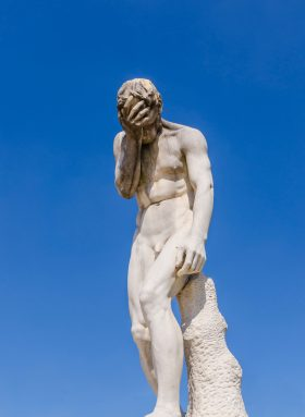 Zuversicht: Statue eines Mannes, die Hand an der Stirn, den Kopf nach unten geneigt. Symbolbild: Wir brauchen einen positiven Blick in die Zukunft. Wie man Zuversicht gewinnt, zeigt Ulrich Schnabel im Interview. – In: Prinzip Apfelbaum. Magazin über das, was bleibt. Foto: photitos2016 / photocase.de