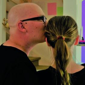 Das tut gut: Der an Blutkrebs erkrankte Simon Gillmeister gibt seiner Frau Ines einen Kuss. Ines Gillmeister engagiert sich für die DKMS, Mitglied der Initiative