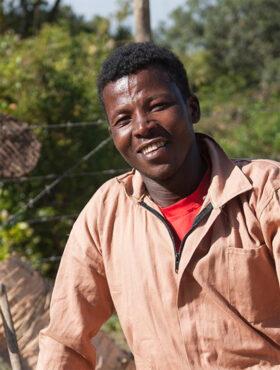Das tut gut: Adane Mekonnen lernte die Imkerei und ist nun Teil einer Kooperative. Menschen für Menschen schafft Perspektiven für Schulabgänger in Äthiopien. Die Stiftung ist Mitglied der Initiative