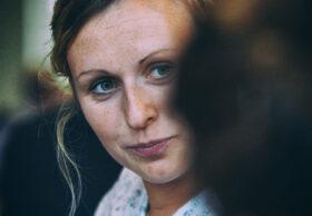 Erzähl mal: Eine junge Frau hört einer anderen aufmerksam zu. Der Wert gelebter Erinnerungen wird oft erst spät erkannt. Eine Anregung zum Dialog zwischen den Generationen. In: Prinzip Apfelbaum. Magazin über das, was bleibt. Foto: Flügelwesen / photocase.de