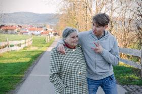 Erzähl mal: Großmutter und Enkel unterhalten sich anregend beim Spaziergang. Erinnerungen weiterzugeben, ist wichtig. Wir wissen nie, welche unserer Erfahrungen für andere hilfreich sind. In: Prinzip Apfelbaum. Magazin über das, was bleibt. Foto: Iknim / photocase.de