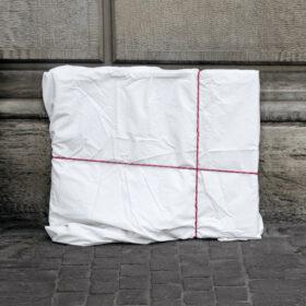 Datenspuren im Netz: Ein in weißen Stoff eingewickeltes Bild steht auf der Straße. Symbolbild: Das Internet vergisst nichts. Umso wichtiger ist es, die eigenen Daten zu schützen. Darauf sollte man achten. In: Prinzip Apfelbaum. Magazin über das, was bleibt. Foto: Samuel Zeller on Unsplash