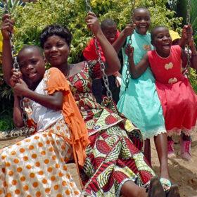 Das tut gut: Eine Sozialarbeiterin und Waisenkindern schaukeln gemeinsam. Im Kongo gibt das Kinderhilfswerk ChildFund Straßenkindern ein Zuhause. ChildFund ist Mitglied der Initiative