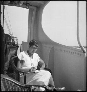 Zitat: Die Schauspielerin und Schriftstellerin Erika Mann auf einem Schiff in Finnland, fotografiert von Annemarie Schwarzenbach im Juni 1937. Prinzip Apfelbaum – Magazin über das, was bleibt. Ausgabe: Heimat. Foto: Schweizerische Nationalbibliothek, SLA-Schwarzenbach-A-5-17/060