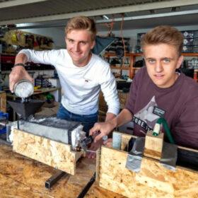 Das tut gut: Die Schüler Paul und Milan gründeten eine Firma und produzieren im 3D-Druck Handyhüllen aus Plastikmüll. Eine Erfolgsgeschichte, unterstützt von der Stiftung Bildung, Mitglied der Initiative