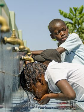 """Das tut gut: Haitianische Schulkinder trinken sauberes Wasser aus dem Hahn. Das Projekt """"Gesunde Schule – Starke Kinder"""" der nph Kinderhilfe wird von der Skala-Initiative mit 1,5 Millionen Euro gefördert. nph ist Mitglied der Initiative"""