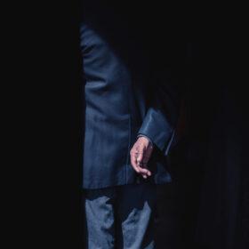 Wenn der Partner stirbt: Hand eines älteren Mannes auf einer Beerdigung. Wer den Lebenspartner verliert, muss den Alltag allein bewältigen. Welche Wege gibt es, um neuen Mut zufassen? Ein Ratgeber. In: Prinzip Apfelbaum. Magazin über das, was bleibt. Foto: Craig Whitehead on Unsplash