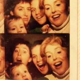 Verzeihen: Familienfoto aus dem Automaten. Wer verzeihen will, sollte die eigene Sicht auf die Vergangenheit hinterfragen und neue Perspektiven entwickeln. Warum sich Verzeihen lohnt und wie es gelingt. In: Prinzip Apfelbaum. Magazin über das, was bleibt. Foto: thurmanfionn via Twenty20