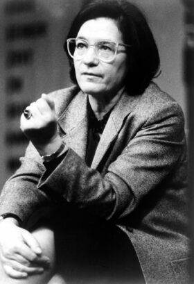 Zitat: Porträtfoto der Schriftstellerin Christa Wolf, 1988. Prinzip Apfelbaum – Magazin über das, was bleibt. Ausgabe: Loslassen. Foto: akg images