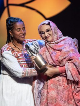 Das tut gut: Die Menschenrechtskämpferin Aminatou Haidar aus Westsahara bei der Verleihung des Alternativen Nobelpreises in Stockholm, 2019. Die Right Livelihood Foundation ist Mitglied der Initiative