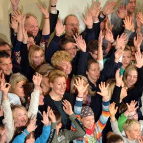 """Das tut gut: Gewinner des Förderpreis """"Verein(t) für gute Kita und Schule"""" jubeln mit Bundesministerin Franziska Giffey. Die Stiftung Bildung ist Mitglied der Initiative"""