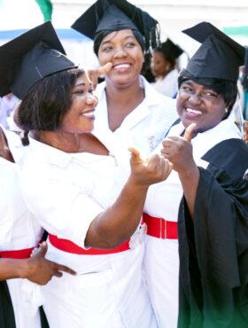 Das tut gut: Schülerinnen der Hebammenschule von action medeor in Sierra Leone feiern ihren Abschluss. Das Medikamenten-Hilfswerk stärkt damit das Gesundheitssystem des Landes. action medeor Mitglied der Initiative