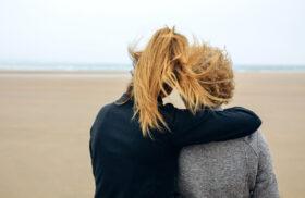 Wenn Eltern alt werden: Erwachsene Tochter umarmt ältere Mutter am Strand. Die Verletzlichkeit der Eltern erinnert an die eigene Endlichkeit. Wie entwickelt man eine Beziehung auf Augenhöhe, wenn Eltern älter werden? In: Prinzip Apfelbaum. Magazin über das, was bleibt. Foto: davidpereiras/photocase.de