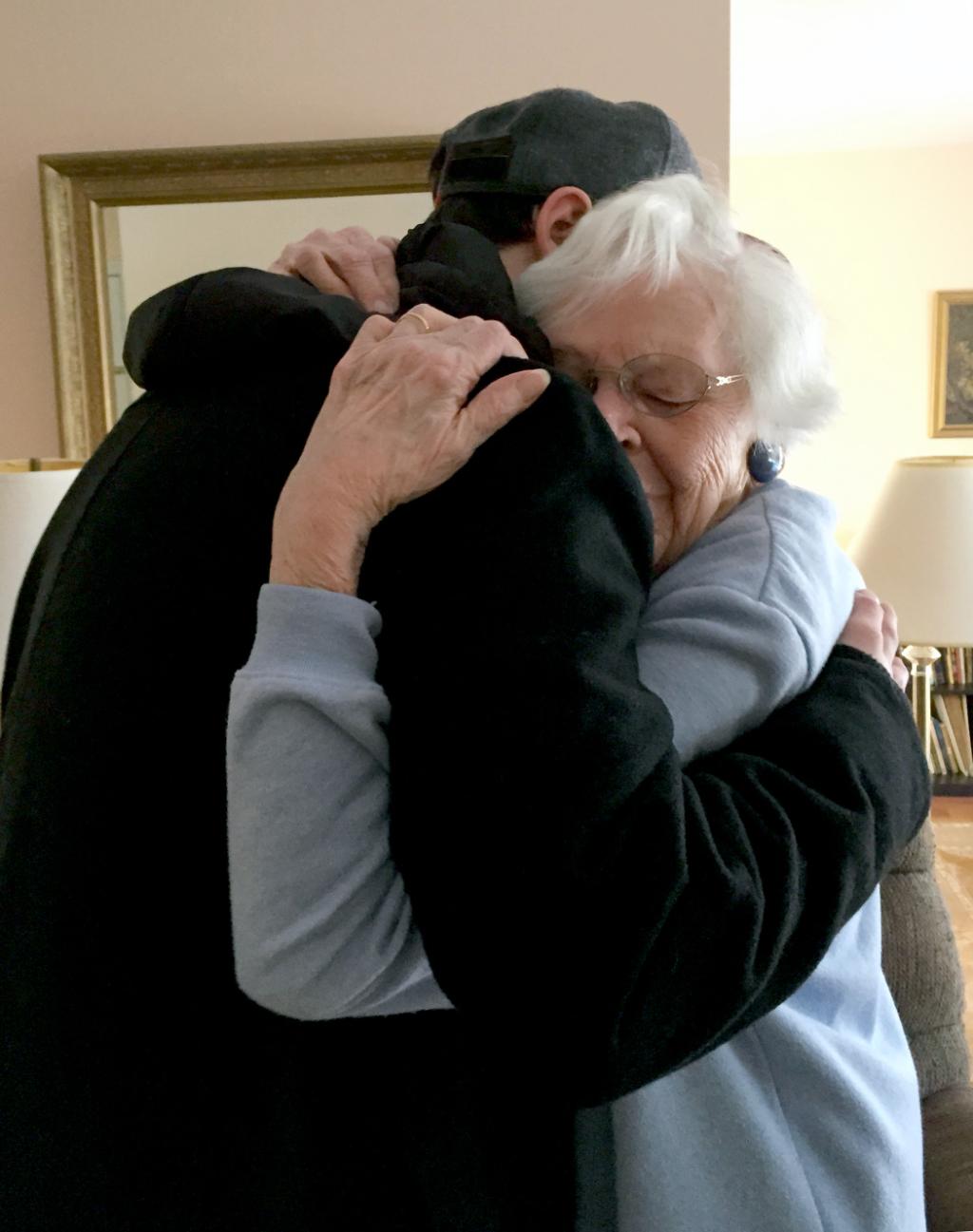 Wenn Eltern alt werden: Erwachsener Sohn umarmt ältere Mutter. Wenn Eltern älter werden, ist es Zeit, die Kinderrolle zu verlassen. Filiale Reife heißte, eine Beziehung auf Augenhöhe zu entwickeln. Wie kann das gelingen? In: Prinzip Apfelbaum. Magazin über das, was bleibt. Foto: kayp via Twenty20