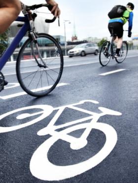 Das tut gut: Radfahren auf einer gekennzeichneten Fahrspur. In der Corona-Krise werden auf vielen Straßen temporäre Radwege eingerichtet. Die Deutsche Umwelthilfe setzt sich in über 200 Städten dafür ein. Die DUH ist Mitglied der Initiative