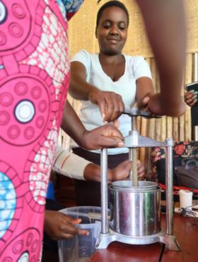 Das tut gut: Ugandische Frauen bei der Sirupproduktion. An den Green Colleges der Welthungerhilfe lernen Jugendliche umweltfreundliche Berufe, die Zukunft haben. Die Welthungerhilfe ist Mitglied der Initiative
