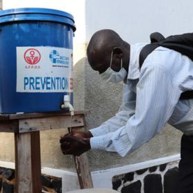 Das tut gut: Um einer Corona-Infektion vorzubeugen, wäscht sich ein Mann an einer Handwaschstelle. action medeor verschafft Menschen in armen Regionen Zugang zu sauberem Wasser und Seife. action medeor ist Mitglied der Initiative
