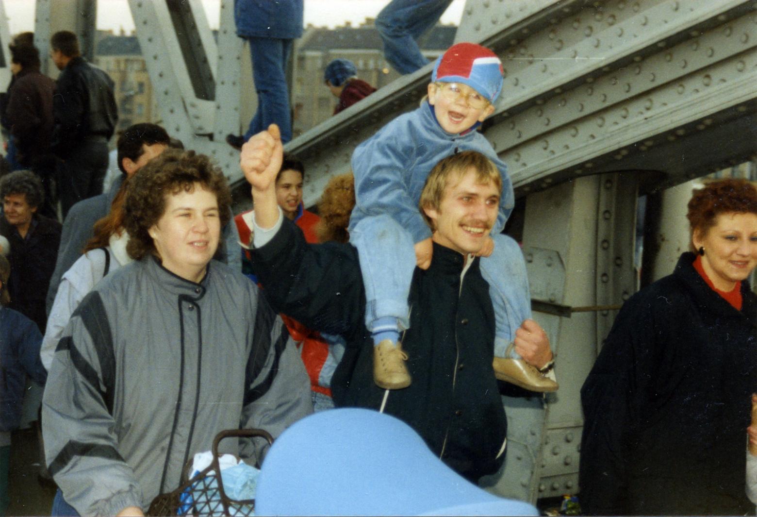 Geschichte wird gemacht: Jubelnde Menschen auf der Bösebrücke am Grenzübergang Bornhomer Straße in Berlin, 10. November 1989. Zeitzeugen tragen persönlich Erlebtes weiter. Sie helfen, Geschichte zu verstehen und Zukunft zu gestalten. Warum ist das wichtig? In: Prinzip Apfelbaum. Magazin über das, was bleibt. Foto: Jean-Marie Delbot/CC BY-NC-ND