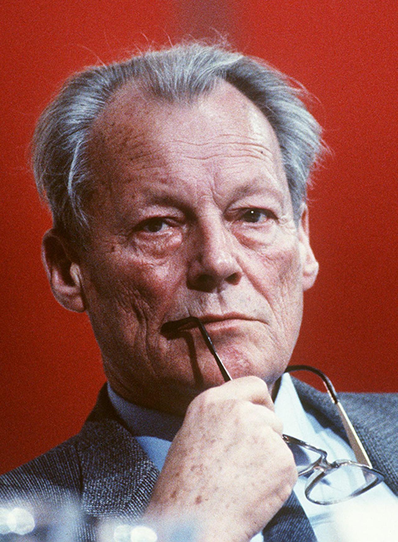 Zitat: Porträtfoto von Willy Brandt, SPD-Politiker und ehemaliger Bundeskanzler, 1983. Prinzip Apfelbaum – Magazin über das, was bleibt. Ausgabe: Bewahren. Foto: picture alliance / AP Images